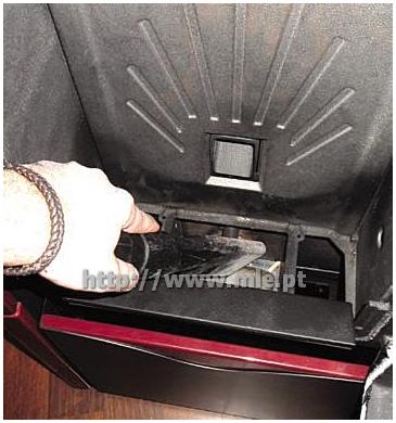 Aspire as cinzas do compartimento de encaixe do queimador e a câmara de combustão