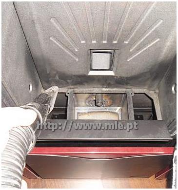Limpeza Salamandra Pellets - Aspire as cinzas da câmara de combustão
