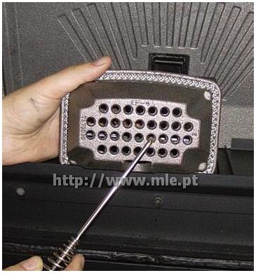 Liberte a furação, usando o atiçador de brasas fornecido em conjunto com o equipamento, todos os furos presentes no queimador.
